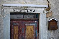 Europe/France/73/Savoie/Val d'Isère: Hameau du Fornet détail porte d'une vieille maison