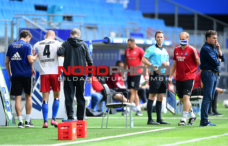 v.l. Physiotherapeut Andreas Thum, Rick van Drongelen (HSV, verletzt), Mannschaftsarzt Dr. Goetz Welsch, Torwarttrainer Kai Rabe, Trainer Dieter Hecking (HSV)<br />