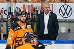 v.l. Karl-Heinz Fliegauf (Wolfsburg, Sportdirektor) beaeugt Neuzugang Lucas Lessio (Wolfsburg, 38) beim Spiel in der DEL, Grizzlys Wolfsburg (orange) - Duesseldorfer EG (weiss).<br /> <br /> Foto © PIX-Sportfotos *** Foto ist honorarpflichtig! *** Auf Anfrage in hoeherer Qualitaet/Aufloesung. Belegexemplar erbeten. Veroeffentlichung ausschliesslich fuer journalistisch-publizistische Zwecke. For editorial use only.