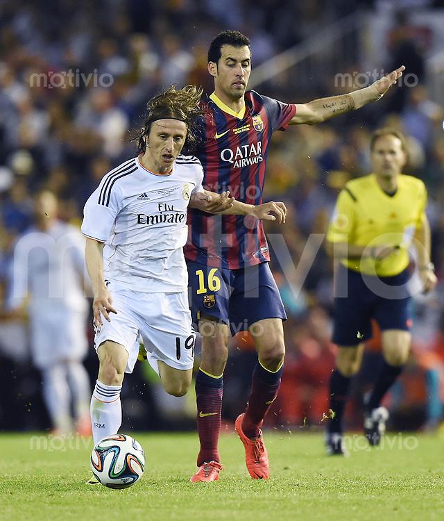 FUSSBALL  INTERNATIONAL Copa del Rey FINALE  2013/2014    FC Barcelona - Real Madrid            16.04.2014 Luka Modric (li, Real Madrid) gegen Sergio Busquets (Barca)