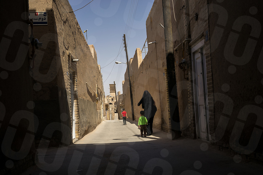 June 21, 2014 - Yazd (Iran). A mother walks with her sons through the streets of Yadz. © Thomas Cristofoletti / Ruom
