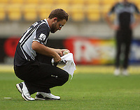 NZ captain Daniel Vettori dries the ball before bowling during the 2nd ODI cricket match between the New Zealand Black Caps and India at Westpac Stadium, Wellington, New Zealand on Friday, 6 March 2009. Photo: Dave Lintott / lintottphoto.co.nz