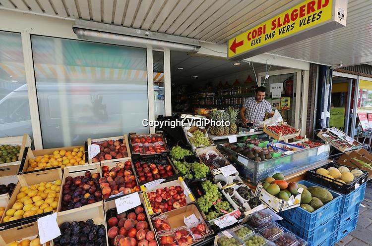 Foto: VidiPhoto<br /> <br /> ALKMAAR - De Turkse ondernemer Chalid runt aan de Vondelstraat in Alkmaar een groentenwinkel annex slagerij. De meeste Turkse winkeliers zijn niet georganiseerd in branchewinkels.