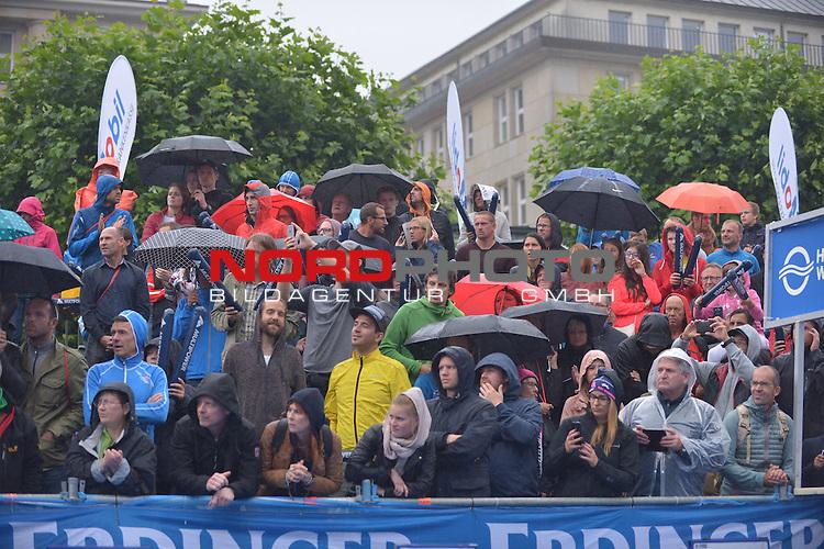 20160716,  Innenstadt, Hamburg, GER, Hamburg Wasser World Triathlon, Elite Maenner Sprintdistanz, im Bild Feature die Zuschauer mit Regenschirmen im Regenwetter Foto © nordphoto / Witke