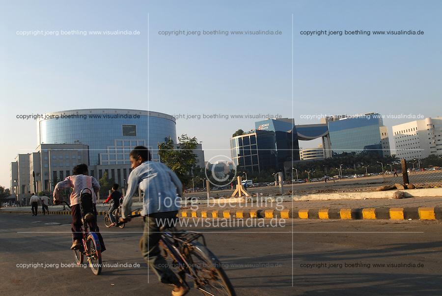 INDIEN Bombay Mumbai das Wirtschaftszentrum Finanzzentrum Indiens, neuer Bandra Kurla Komplex mit Bueros für Firmen, ICICI Bank / INDIA Mumbai Bombay, new business complex Bandra-Kurla with new office space, ICICI Bank