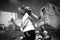 "Nagorny-Karabach, 17.05.2011, Shushi. Junge M¸tter sitzen mit ihren Kindern vor den Kriegsruinen der Stadt. ""The Twentieth Spring"" - ein Portrait der s¸dkaukasischen Stadt Schuschi, 20 Jahre nach der Eroberung der Stadt durch armenische K?mpfer 1992 im B¸gerkrieg um die Unabh?ngigkeit Nagorny-Karabachs (1991-1994). Women with children are sitting in front of war ruined houses in Shushi. ""The Twentieth Spring"" - A portrait of Shushi, a south caucasian town 20 years after its ""Liberation"" by armenian fighters during the civil war for independence of Nagorny-Karabakh (1991-1994). .Des femmes avec leurs enfants sont assises devant des maisons ravagées à Chouchi.""Le Vingtieme Anniversaire"" - Un portrait de Chouchi, une ville du Caucase du Sud 20 ans après sa «libération» par les combattants arméniens pendant la guerre civile pour l'indépendance du Haut-Karabakh (1991-1994)..© Timo Vogt/Est&Ost, NO MODEL RELEASE !!"