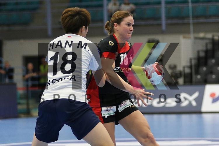 Kolding (DK), 010.12.15, Sport, Handball, 22th Women's Handball World Championship, Vorrunde, Gruppe C, Deutschland-S&uuml;d Korea : Han Miseul (S&uuml;d Korea, #18), Anna Loerper (Deutschland, #10)<br /> <br /> Foto &copy; PIX-Sportfotos *** Foto ist honorarpflichtig! *** Auf Anfrage in hoeherer Qualitaet/Aufloesung. Belegexemplar erbeten. Veroeffentlichung ausschliesslich fuer journalistisch-publizistische Zwecke. For editorial use only.