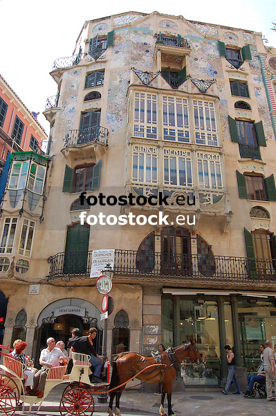 Horse drawn carriage with tourists in front of the modernist building Can Forteza Rey<br /> <br /> coches de caballo con turistas delante del edificio mondernisa Can Forteza Rey<br /> <br /> Pferdekutsche mit Touristen vor dem Jugendstilgebäude Can Forteza Rey<br /> <br /> 3008 x 2000 px