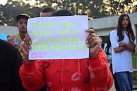 SÃO PAULO,SP - 27.06.2016 - CRIME-SP - Amigos e familiares durante o velório e o enterro de Waldik Gabriel Silva Chagas, no Cemitério Municipal da Vila Formosa, Zona Leste de Sao Paulo, na tarde desta segunda-feira, 27. Waldik,de 11 anos, morto por agentes da GCM (Guarda Cível Metropolitana) na manhã do ultimo domingo 26 em Guaianazes. Um dos guardas presos foi preso em flagrante, mas liberado após pagamento de fiança. (Foto: Eduardo Carmim/Brazil Photo Press)