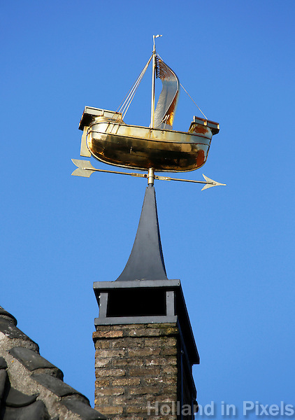 Nederland Zaltbommel 2016. Gouden zeilschip op een schoorsteen . Foto Berlinda van Dam / Hollandse Hoogte