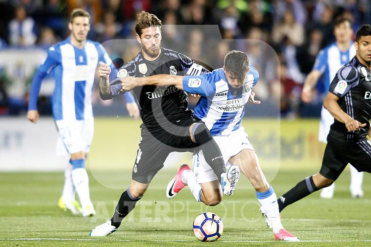 CD Leganes' Gabriel Pires (r) and Real Madrid's Sergio Ramos during La Liga match. April 5,2017. (ALTERPHOTOS/Acero)