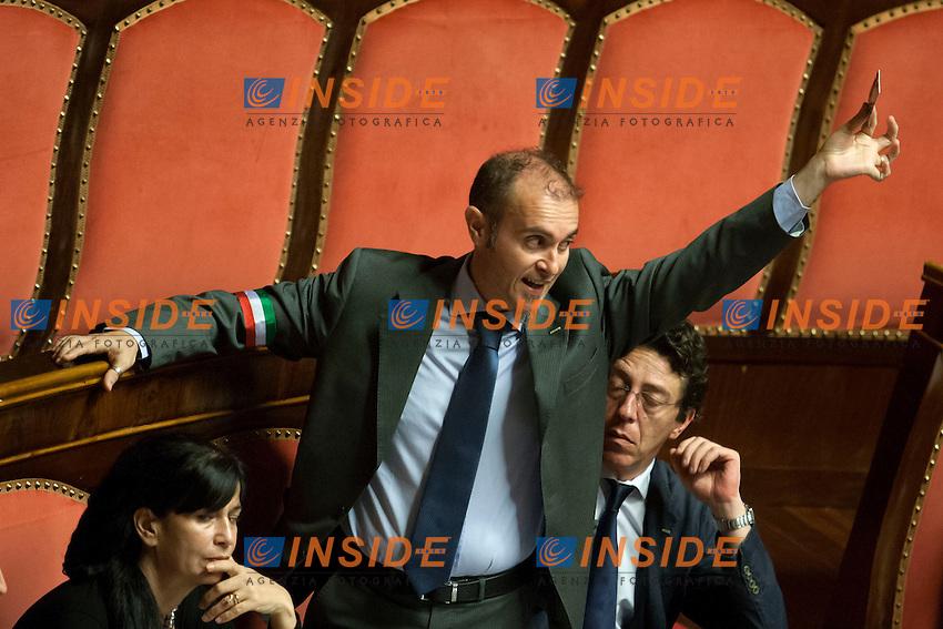 Vincenzo Santangelo M5S mostra la scheda <br /> Roma 01-08-2014  Senato. Discussione sul DdL Riforme costituzionali che prevede anche la riforma del Senato. <br /> Photo Samantha Zucchi Insidefoto