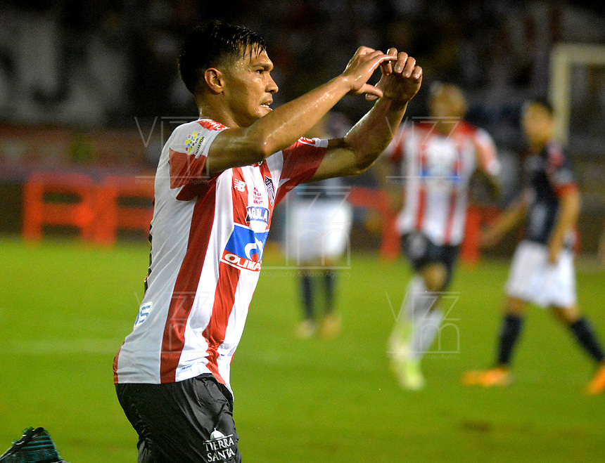 BARRANQUILLA - COLOMBIA - 08 - 11 - 2017: Teofilo Gutierrez, jugador de Atletico Junior celebra el gol anotado a Deportivo Independiente Medellin, durante partido de vuelta entre Atletico Junior y Deportivo Independiente Medellin, por la final de la Copa Aguila 2017, jugado en el estadio Metropolitano Roberto Melendez de la ciudad de Barranquilla. / Teofilo Gutierrez, player of Atletico Junior celebrates a scored goal to Deportivo Independiente Medellin, during a match for the second leg between Atletico Junior and Deportivo Independiente Medellin, for the final of the Copa Aguila 2017 at the Metropolitano Roberto Melendez Stadium in Barranquilla city, Photo: VizzorImage  / Alfonso Cervantes / Cont.