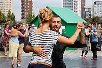 Nederland Rotterdam 2016 . De Rotterdamse Dakendagen. Mensen kunnen verschillende daken bezoeken. Tango dansen op het dak van parking Westblaak. Foto Berlinda van Dam / Hollandse Hoogte