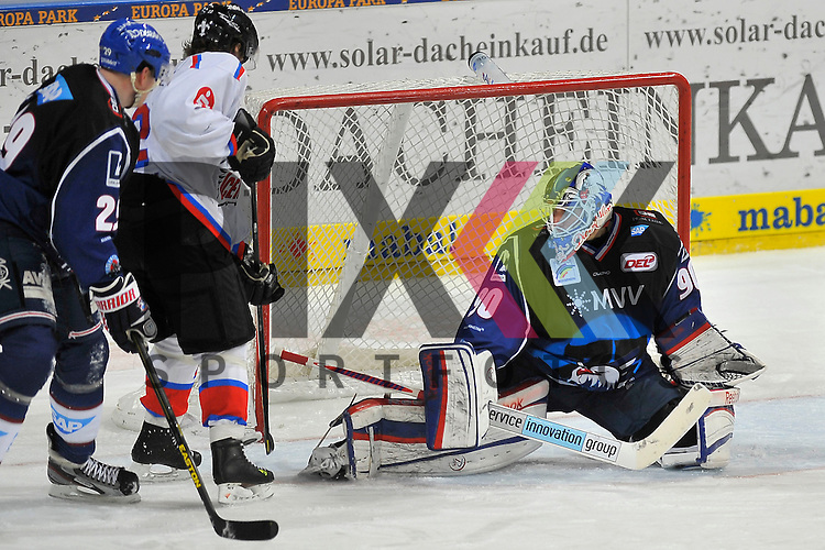 Nuernbergs Yan Stastny (Nr.22) gegen Mannheims Denis Reul (Nr.29) und Mannheims Felix Br&uuml;ckmann (Nr.90) im Tor beim Spiel in der DEL, Adler Mannheim - Nuernberg Ice Tigers.<br /> <br /> Foto &copy; Ice-Hockey-Picture-24 *** Foto ist honorarpflichtig! *** Auf Anfrage in hoeherer Qualitaet/Aufloesung. Belegexemplar erbeten. Veroeffentlichung ausschliesslich fuer journalistisch-publizistische Zwecke. For editorial use only.