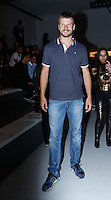 SAO PAULO, SP, 19 DE MARÇO DE 2013. SPFW - PRIMAVERA VERAO 2013 - FORUM. O ator Rodrigo Hilbert aguarda o inicio do desfile primavera/verão 2014 da marca .FORUM , no segundo dia de desfiles DA SPFW, no Pavilhão da Bienal.  o ator usa look completo da marca Forum. FOTO ADRIANA SPACA/BRAZIL PHOTO PRESS