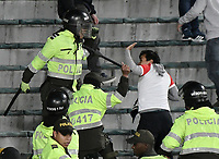 BOGOTÁ - COLOMBIA, 27-08-2017: Hinchas son controlados por la policía después de generar desordenes en las tribunas durante el encuentro entre Independiente Santa Fe y Millonarios partido por la fecha 10 de la Liga Aguila II 2017 jugado en el estadio Nemesio Camacho El Campin de la ciudad de Bogota. / Fans are contolled by the police after they made a riot in the tribunes during match between Independiente Santa Fe and Millonarios for the date 10 of the Aguila League II 2017 played at the Nemesio Camacho El Campin Stadium in Bogota city. Photo: VizzorImage/ Gabriel Aponte / Staff