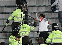 BOGOTÁ - COLOMBIA, 27-08-2017: Hinchas son controlados por la policía después de generar desordenes en las tribunas durante el encuentro entre Independiente Santa Fe y Millonarios partido por la fecha 10 de la Liga Aguila II 2017 jugado en el estadio Nemesio Camacho El Campin de la ciudad de Bogota. / Fans are contolled by the police after they made a riot in the tribunes during match between Independiente Santa Fe and Millonarios for the date 10 of the Aguila League II 2017 played at the Nemesio Camacho El Campin Stadium in Bogota city. Photo: VizzorImage/ Gabriel Aponte / Staff
