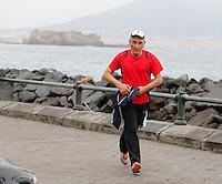 Antonio Bassolino ex sindaco di Napoli e candidato nelle elezioni  primarie del PD  corre sul lungomare di Napoli