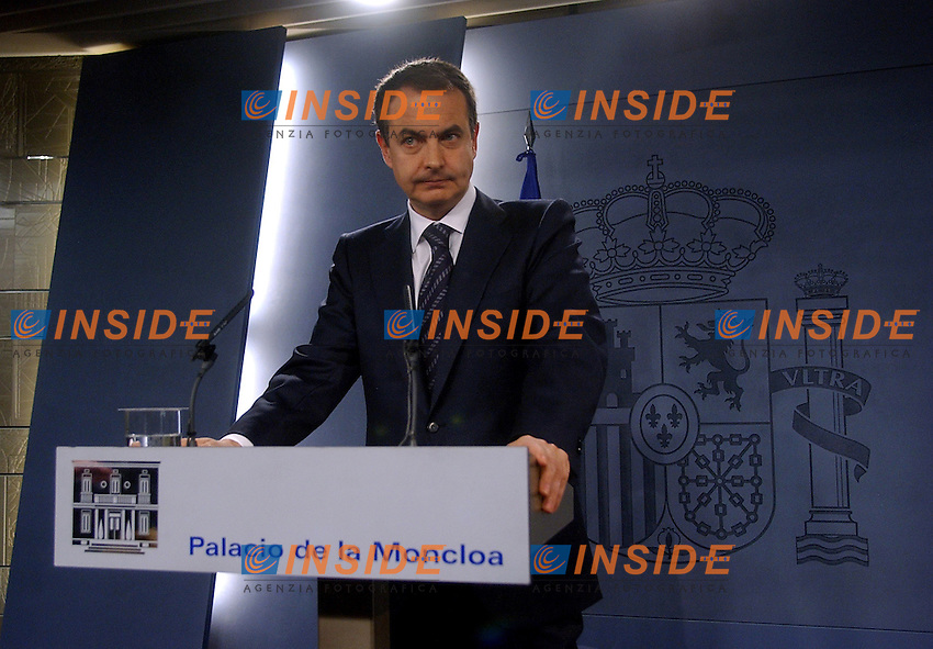 Madrid, SPAIN: Spanish Prime Minister Jose Luis R. Zapatero gives a press conference in Madrid 30 December 2006, after a bomb exploded in Barajas airport in Madrid, injuring two police officers, in an attack claimed by the Basque separatist group ETA. If confirmed, it would be the first attack by the Basque militants since it declared a ceasefire in March. (Oscar del Pozo INSIDE)                                Attentato dell'Eta all'aereoporto Baraja di Madrid.