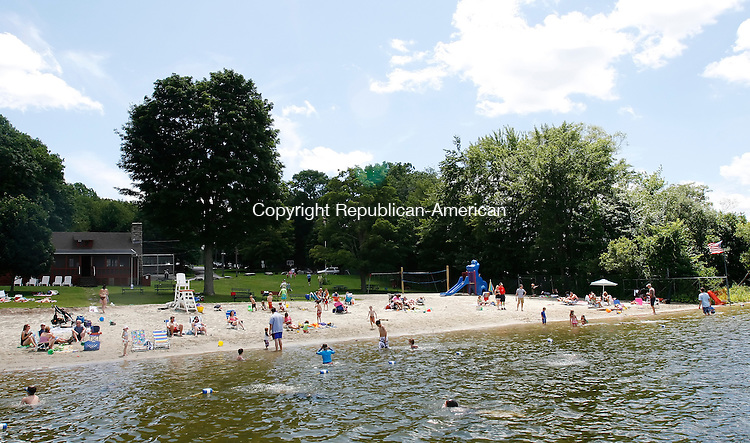 MIDDLEBURY, CT 07/19/09- 071909BZ04-  People play on the beach and in the water at the Middlebury Recreation Area Sunday. <br /> Jamison C. Bazinet Republican-American