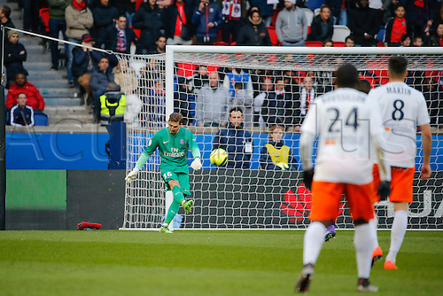 05.03.2016. Paris, France. French League 1 football. Paris St Germain versus Montpellier.  Kevin Trapp (psg) takes a goal kick