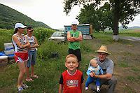 Ionel Farcas Cozmin's family from Mures are all here. Women, children, baby and the grandfather spend several weeks on the road camping. More than 600 km from their home in the region of central Transylvania, they take advantage of the summer. It's a bit of a vacation because Iulian, Ionel's son, works as a civil servant the rest of the year.