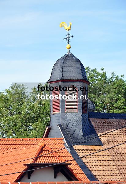 Kirchturm der Katholishen Kirche St. Georg mit Wetterhahn über den Dächern von Frettenheim