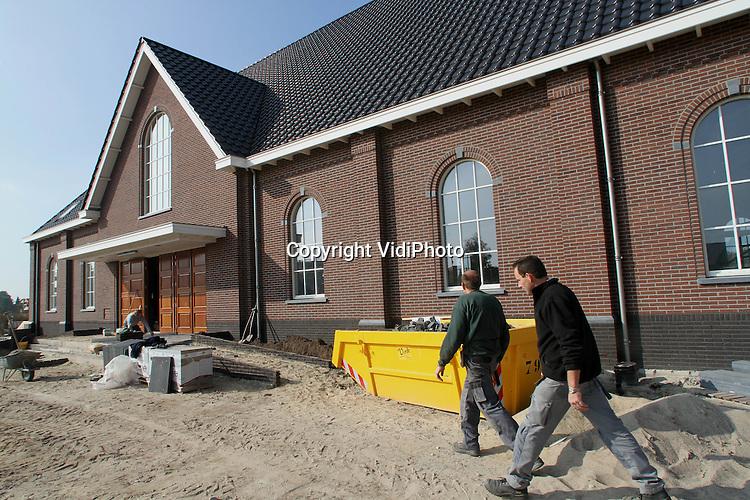 Foto: VidiPhoto..BARNEVELD - In Barneveld werkt personeel van bouwbedrijf Van Geresteijn BV uit Kootwijkerbroek aan een gloednieuwe kerk voor de Hersteld Hervormde Gemeente (HHK) van Barneveld. Het is de derde nieuwe orthodox-protestante kerk die in korte tijd in Barneveld wordt gebouwd. De HHK is ontstaan uit hervormden die op 1 mei 2004 weigerden lid te worden van de Protestantse Kerk in Nederland (PKN). Het gebouw biedt ruimte aan ongeveer 600 kerkgangers, met mogelijkheid tot uitbreiding. De gemeente groeit namelijk flink. De bouwkosten bedragen 1,5 miljoen euro. Half december moet het werk gereed zijn.
