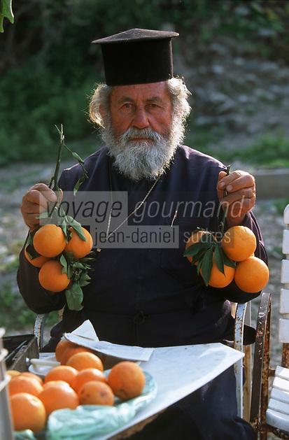 Europe/Chypre/Env de Polis: Pope vendant des oranges près des bains d'Aphrodite