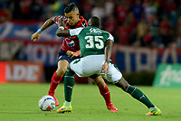 MEDELLÍN - COLOMBIA, 17-02-2018: Leonardo Castro (Izq) jugador del Medellín disputa el balón con Kevin Balanta (Der) de Deportivo Cali durante el partido entre Independiente Medellín y Deportivo Cali por la fecha 4 de la Liga Águila I 2018 jugado en el estadio Atanasio Girardot de la ciudad de Medellín. / Leonardo Castro (L) player of Medellin vies for the ball with Kevin Balanta (R) player of Deportivo Cali during match between Independiente Medellin and Deportivo Cali for the date 4 of the Aguila League I 2018 played at Atanasio Girardot stadium in Medellin city. Photo: VizzorImage/ León Monsalve / Cont