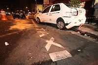 SÃO PAULO, SP, 09/08/2012, ACID R. DOMINGOS DE MORAIS. Um veiculo que trafegava pela Rua Domingos de Morais em alta velocidade colidiu contra outros tres veiculos no cruzamento com a R. Loefreeng. Segundo informaçoes o mesmo furou o semaforo vermelho, as vitimas foram encaminhadas a hospitais da regiao pelo Corpo de Bombeiros. Luiz Guarnieri/ Brazil Photo Press.