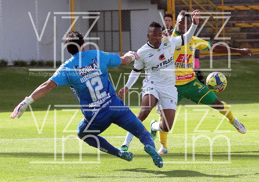 BOGOTA -COLOMBIA, 27 -SEPTIEMBRE-2014. Yonni Hinestroza  ( centro) de La Equidad   disputa el bal—n con Hernesto Hernandez guardameta ( I )  y Jarol Martinez  (Der) del Atletico Huila durante partido de la  doceava fecha  de La Liga Postob—n 2014-2. Estadio Metroplitano de Techo . / Yonni Hinestroza  (Center) of Equidad fights for the ball with Hernesto Hernandez goalkeeper  (L) and Jarol Martinez (R) of Atletico Huila  during 12th date  game of the La Liga Postob—n date 2014-2. Metropolitano de Techo  Stadium . Photo: VizzorImage / Cristian Alvarez  / Contribuidor