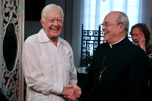 HAB101 LA HABANA (CUBA) 28/03/2011.- El expresidente de EEUU Jimmy Carter (i) estrecha la mano del cardenal cubano Jaime Ortega (d), a su llegada al Arzobispado de La Habana, hoy, lunes 28 de marzo de 2011, como parte de una visita privada de tres días de Carter, invitado por el Gobierno del presidente cubano, Raúl Castro, con quien se entrevistará así como con otras autoridades del país. EFE/Stringer.