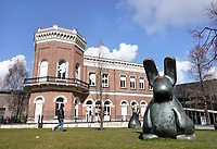 Nederland - Rotterdam - 26 maart 2018.  Het Natuurhistorisch Museum. Bronzen konijnen van Tom Claassen.   Foto Berlinda van Dam / Hollandse Hoogte.