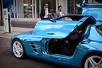 """Ein Mann steigt  am Montag (27.05.13) in Berlin waehrend einer Internationalen Konferenz"""" Elektromobilität bewegt"""", in ein Elektro """"SLS"""" der Firma Mercedes. Foto: Timur Emek/CommonLens"""