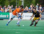 BLOEMENDAAL - Tim Swaen (Bldaal) met Pepijn Rijenga (Den Bosch)   tijdens de hoofdklasse competitiewedstrijd hockey heren,  Bloemendaal-Den Bosch (2-1) COPYRIGHT KOEN SUYK