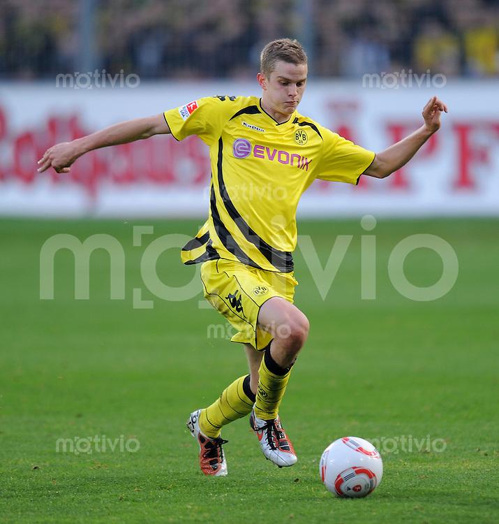 FUSSBALL   1. BUNDESLIGA   SAISON 2010/2011  13. SPIELTAG    20.11.2010 SC Freiburg - Borussia Dortmund Sven Bender (Borussia Dortmund)  am Ball