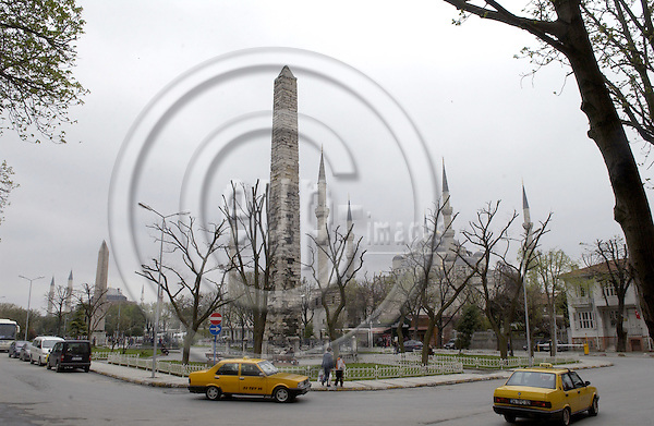 Istanbul-Turkey - 09 April 2006---Taxis and obelisks at the Hippodrome, Sultan Ahmed Mosque / Camii (Blue Mosque of Istanbul)---culture, architecture, religion---Photo: Horst Wagner / eup-images