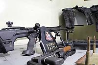 HORTOLANDIA, SP 30.10.2018-A Policia Militar encontrou nesta terça-feira (30) em um terreno no Jardim Novo Angulo, na cidade de Hortolandia interior de São Paulo, depois de receber uma denúncia anônima, seis armas, munição, carregadores, roupas camuflada e ate coletes e capacete a prova de balas.<br /> O que chama a atenção é que sao fuzis,  espingarda e um rifle ponto .50 arma de grosso calibre, longo alcance, capaz de furar veículos blindados como carro forte e até de derrubar um helicóptero. Todos de uso restrito das forças armadas. (Foto: Denny Cesare/Codigo19)