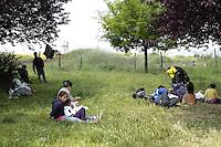 Roma, 29 Aprile 2011. Via De Chirico.Dopo lo Sgombero di Via Severini, molte famiglie rom Romene vivono nei prati del quartiere