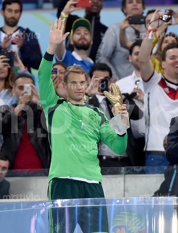 FUSSBALL WM 2014                       FINALE   Deutschland - Argentinien     13.07.2014 DEUTSCHLAND FEIERT DEN WM TITEL: Torwart Manuel Neuer mit der Auszeichung bester Torhueter der WM