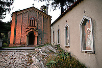 Arcumeggia il paese dipinto in provincia di Varese. La Via Crucis realizzata da undici artisti diversi vicino alla chiesa di Sant'Ambrogio ad Arcumeggia