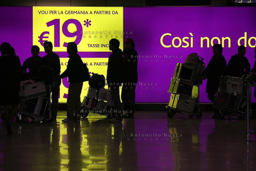 Roma, 23 Gennaio 2006. Viaggiatori in coda per il check-in all'aeroporto di Roma Fiumicino.