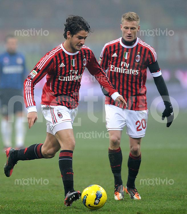 FUSSBALL INTERNATIONAL   SERIE A   SAISON  2011/2012   18.Spieltag AC Mailand - Inter Mailand                     15.01.2012 Pato (li, ) mit Ignazio Abate (AC Mailand)