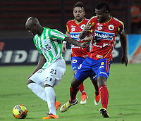 MEDELLIN -COLOMBIA-14-03-2014: John Valoy  (Izq) jugador del Atletico Nacional disputa el balon con Omar Mancilla (Der) jugador del Deportivo Pasto durante partido de la onceava fecha de la Liga Postobon I 2014, jugado en el estadio Atanasio Girardot de la ciudad de Medellin. / John Valoy (L) players of Atletico Nacional  fights for the ball with Omar Mancilla (R) player of Deportivo Pasto during a match for the eleventh date of the Liga Postobon I 2014 at the Atanasio Giradot stadium in Medellin  city. Photo: VizzorImage  / Luis Rios  / Str.