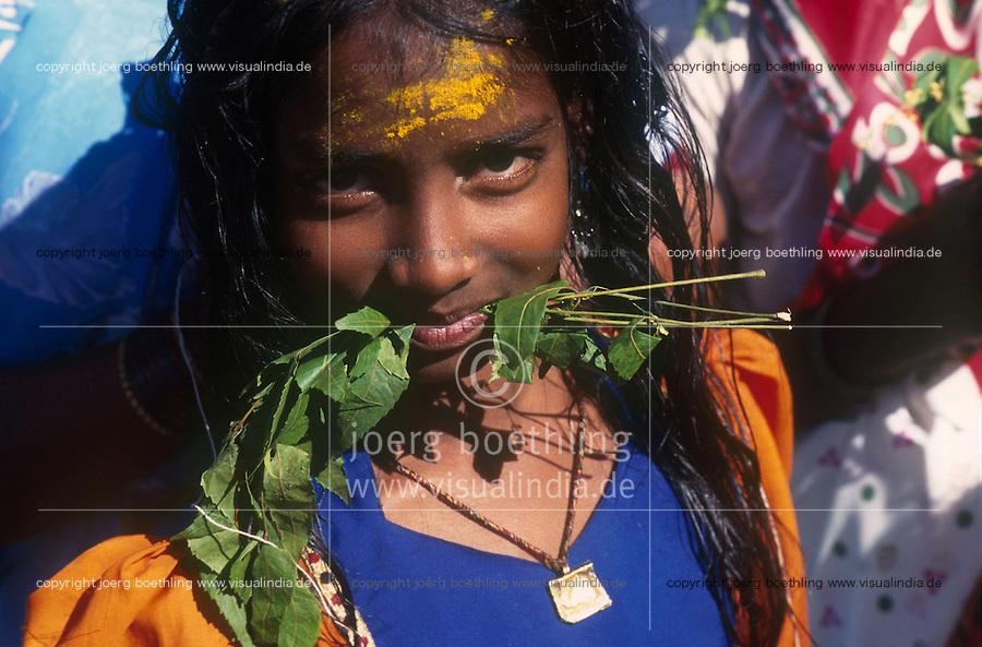 INDIA Karnataka, every year a festival takes place around the Yellamma temple in Saundatti and attracts thousand of pilgrims from villages, here is also practizised the Devadasi cult, where young girls are secretly dedicated to the hindu goddess Yellamma, most of the girls end in prostitution, young girl with neem leaves in mouth / INDIEN Karnataka, jedes Jahr findet in Saundatti das Tempelfest zu Ehren der Goettin Yellamma statt, das Tausende Pilger aus den umliegenden Doerfern anzieht, hier wird der Devadasi Kult praktiziert, heimlich werden junge Maedchen der Hindu Goettin Yellamma geweiht, die Maedchen enden spaeter meistens in der Prostitution, junges Maedchen mit Niemzweig im Mund