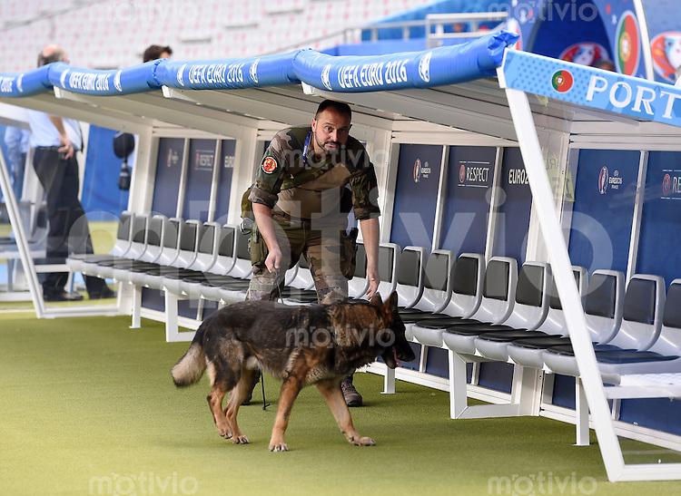 FUSSBALL EURO 2016 FINALE in PARIS Portugal - Frankreich       10.07.2016 Ein Soldat mit Sprengstoffhund durchsucht den Innenraum des Stade de France 4 Stunden vor dem Spiel, hier an der portugiesischen Bank.