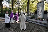 Op 2 november (Allerzielen), de dag dat de R.K. Kerk de overledenen herdenkt, is er in de kapel van begraafplaats St. Barbara in Utrecht een Eucharistieviering met als hoofdcelebrant de Utrechtse aartsbisschop kardinaal Eijk. Na afloop krijgen de misgangers een lichtje mee voor een te bezoeken graf. Kardinaal Eijk loopt onder meer langs de graven van de Utrechtse bisschoppen. Foto mag niet in negatieve context gepubliceerd worden.