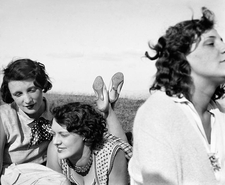 Jacques Henri Lartigue<br /> Bibi, Freddy, Margot. Aix-les-Bains, juillet 1928.<br /> -----<br /> Jacques Henri Lartigue<br /> Bibi, Freddy, Margot. Aix-les-Bains, July 1928.